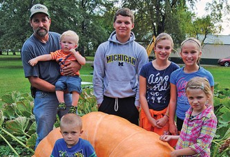 800-pound pumpkin off to contest