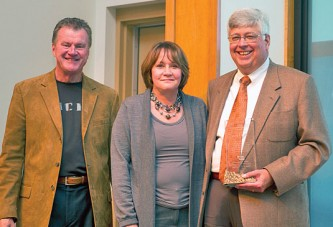 ONU presents service award